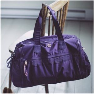 Lululemon purple weekend warrior duffel EUC